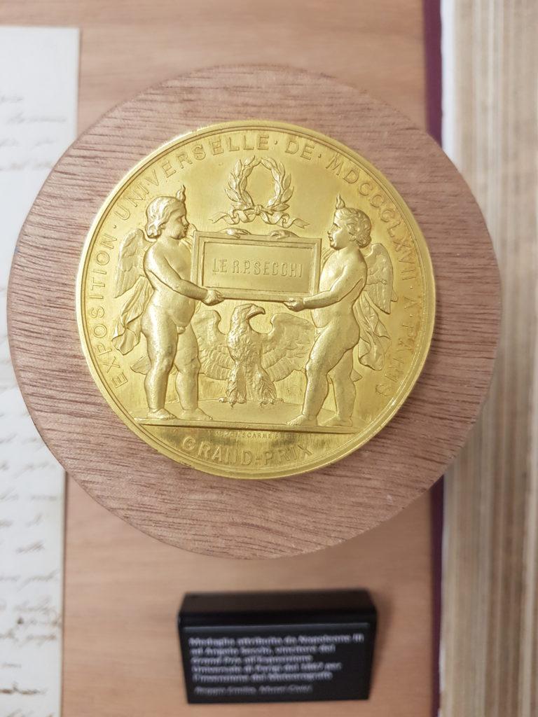 Medaglia d'oro ottenuta da Secchi alla esposizione universale di Parigi del 1867 alla quale aveva esposto il suo meteorografo
